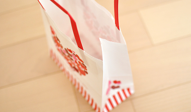 ハート柄の手提げ紙袋